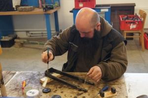 Rost wird von Metallteilen abgeschliffen und mit Konservierungsmittel behandelt.